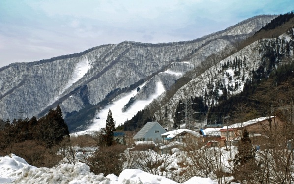 20代の女性、長野県のスキー場近くのペンションでアルバイト体験